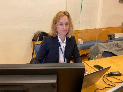 SPURTE: Aktor Maria Bache Dahl hadde ansvaret for vitneutspørringen av tidligere byggesaksbehandler Janne Sundsten.