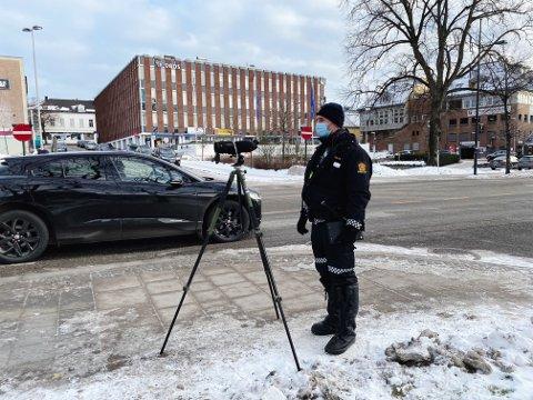 KONTROLL: Tirsdag formiddag foretok UP en atferdskontroll langs Nedre Langgate i Tønsberg. For de som blir tatt, er boten svindyr.