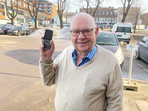 UTESTENGT: Doro-telefonen passer ypperlig til Arild Johansens (82) bruk, men han føler seg likevel stengt ute av den digitale verden som vokser rundt ham.