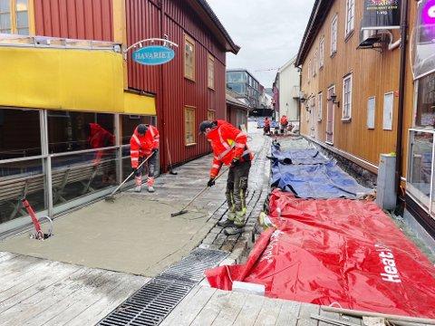 SNART KLART: Arbeidene i Rådhusgaten mellom Nedre Langgate og Brygga har trukket ut i tid, men i påske åpnes gata opp for gående.