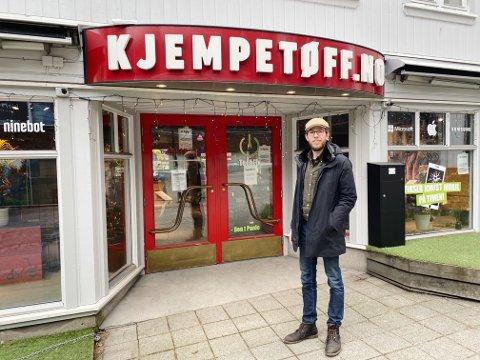 FLYTTER UT: Elsparkesykkelbutikken Kjempetøff flytter ut av lokalene i Rådhusgaten for å fokusere på rent verksted og nettbutikk, nå gleder Håvard Hamre seg til å drive med lavere skuldre.