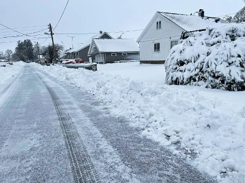 SNØVEGG: Her er det brøytet godt på veien, men innkjøringen er det verre med. En snøvegg på over en halv meter har blokkert samtlige innganger på denne veien på Barkåker.