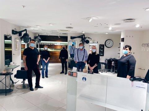 KLARE: Erlend Bratland, Jelena Gutic, Bjørg Kiesler, Pål Kiesler, Erika Østerem og Reidun Løke er alle klare for å stelle hår, men opplever at kunder engster seg for å komme til byen.