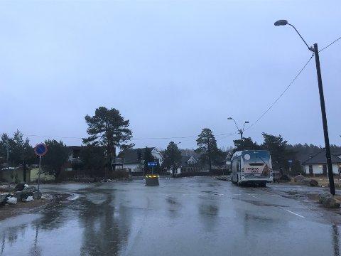 RANET: Det var ved dette busstoppet på Skallevold at tenåringsgutten ble ranet 14. desember. Nå er to andre tenåringer tiltalt.