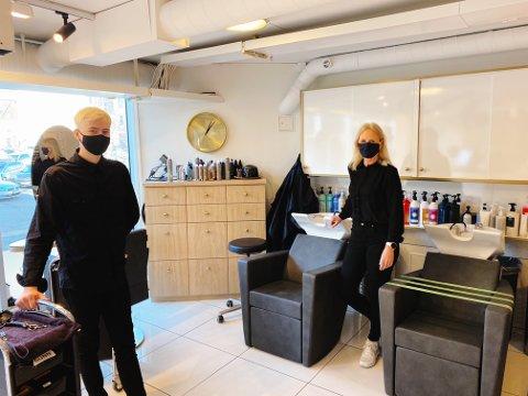 SERVERINGSSTOPP: Frisørkollegaene Jesper Bingen og Gunn Lauritzen mener den største forskjellen blir at kundene nå er nødt til å ha på munnbind, og at de ikke kan få servert drikke i salongen.