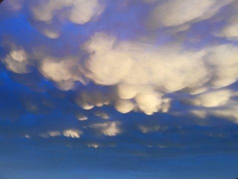 SKYFENOMEN: Skykuler på undersiden av en sky kalles Mammatus.