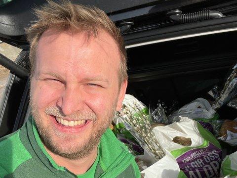 SPRE GLEDE: Butikksjef ved Kiwi Gauterød, Mats Gundersen, reiste rundt for å overraske de ansatte søndag morgen.
