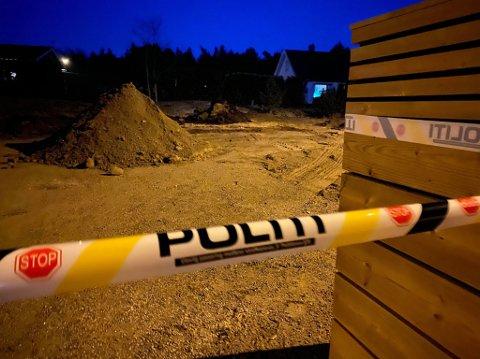 Det var bak denne haugen at granaten ble funnet mandag. Politiet sperret av området i påvente av Forsvaret.