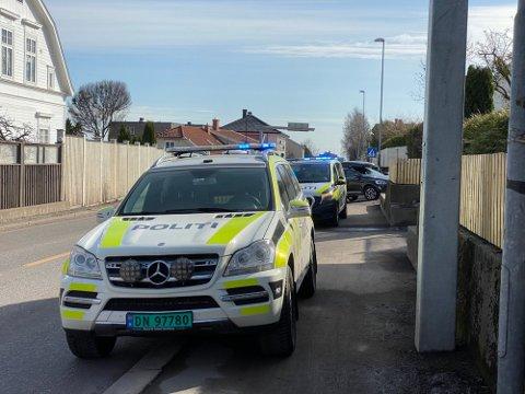 UNDER UTRYKNING: Ifølge politiet skjedde sammenstøtet  da en patruljebil under utrykning skulle kjøre forbi en personbil som, i stedet for å gjøre plass til utrykningskjøretøyet, svingte til venstre.