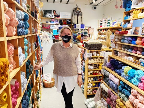 TRAVELT: Til sammenligning med tidligere i uken, har garnbutikken der Mona Barosen jobber hatt det travelt i dag.