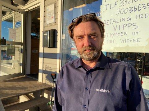 MÅ SNU SEG: Øyvind Olafsen som driver butikken Din båt på Barkåker, måtte finne på noe for å ikke sitte igjen med et lager fullt av varer.