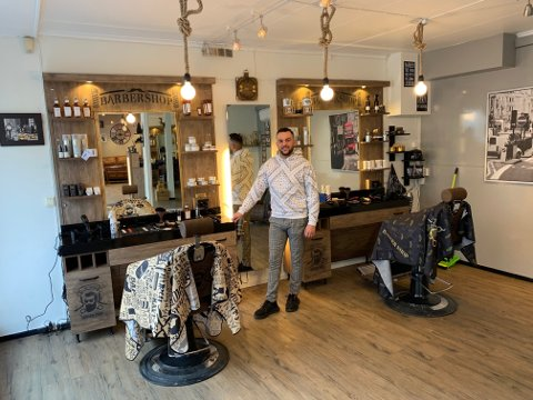 POSITIV: Ahmed Mohammad (30) åpnet dørene til sin splitter nye barbershop mandag morgen, midt i nedstengingstiden i byen, og gleder seg til å møte kundene sine.
