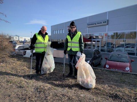 PÅ JOBB: Torfinn Eriksen og Finn Tore Lie finner mye søppel langs veikantene på Sem.