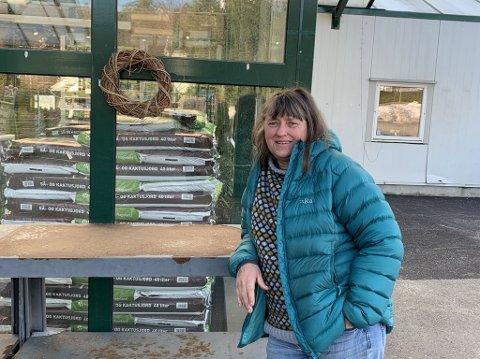 STENGT: Hanne Berge eier Hageland-senteret på Nøtterøy. De nye koronatiltakene fører til at hun må stenge dørene for kundene.