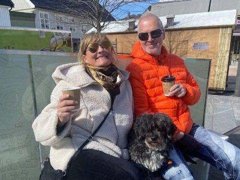 KOSER SEG: Helene Øiseth og Jørn Hoseth nyter en kopp kaffe på Torvet lørdag. De gleder seg til de kan dra på kafé i byen igjen.