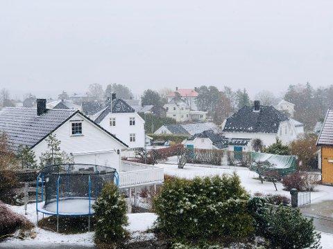 TIDDELIBOM: Mange steder legger snøen seg. Mandag morgen dekkes trampolinene med snø på Teie i Færder kommune.