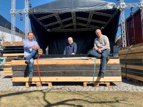 RIGGER: Jon Terje Johnsen, Ole Morkken og Alexander Lorentzen rigger i stand Foynhagen og håper at restriksjonene letter slik at de kan gi publikum gode opplevelser i sommer.