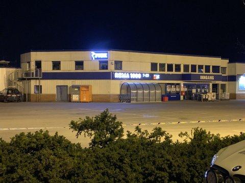 AVSPERRET: Rema 1000 ligger like ved området som politiet har sperret av etter skyteepisoden.