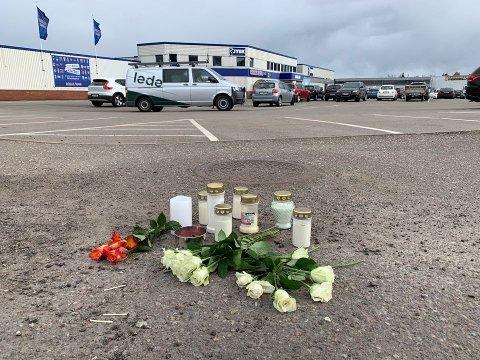 BLOMSTER OG TENTE LYS: Flere har lagt ned blomster og tent lys på stedet hvor mannen segnet om etter skytingen.