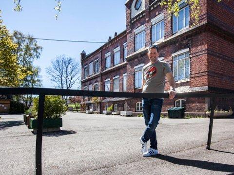 INNBRUDD: Øystein Sandtrø synes det er ergerlig at vedkommende som brøt seg inn på kontoret til Kulturskolen tok med seg både utstyr for elevene, men også hans egne instrumenter.