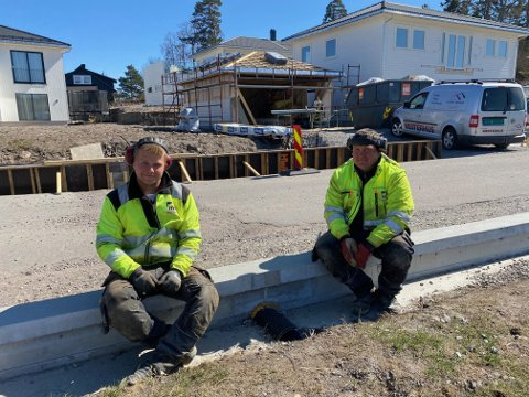FØRSTE GANG: Lars Tunold og Kazimieras Zube har bygget sin første salamandervegg i karrieren. Begge trodde oppgaven var en spøk fra sjefens side.