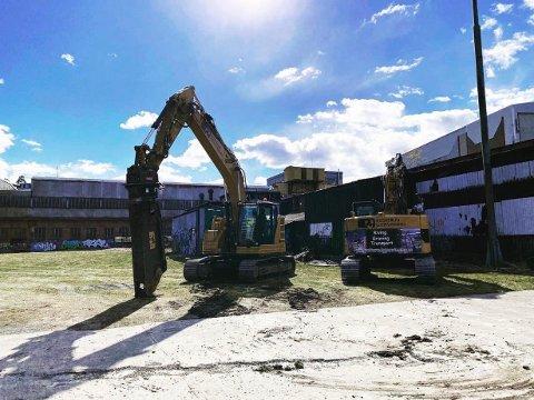 RIVING: Her er gravemaskinene i full gang med å rive de gamle bygningene på industriområdet til Kaldnes Vest.