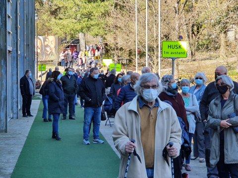 Om noen uker skal hele den voksne befolkningen i Tønsberg ha fått tilbud om første vaksinedose, men mange utsetter også timene sine.