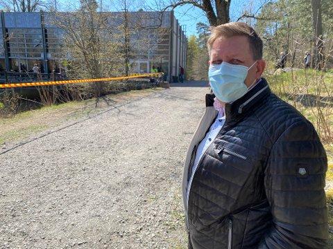 VENTER: Eirik Roberg tar den ekstra ventetiden ved vaksinasjonslokalet på Messeområdet med et smil – bak munnbindet.