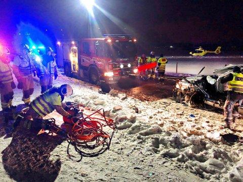 SATT FASTKLEMT: En person i den ene bilen satt fastklemt etter ulykken og måtte frigjøres av brannvesenet.