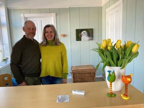 STILLE: Ekteparet Sigvart Schøning-Olsen og Sibylle Thomas driver Hvasser Motell. Der er det stille i påsken, og ekteparet håper en god sommersesong vil redde dem i år som i fjor.