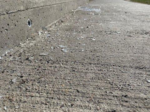 GLASSKÅR: Glass fra flere knuste flasker lå langs veien ved Ringshaugstranda lørdag morgen.