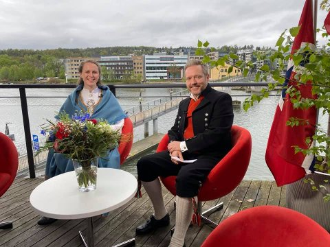 FORAN KAMERA: Benedicte Hamnes og Knut-Erik Lahn loset seerne gjennom sendingen fra sitt utestudio på balkongen til Mediehuset på Brygga.