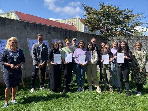 PRISER: Elever, lærere og ordfører deltok på prisutdelingen den 19. mai i bakgården ved Færder videregående skole