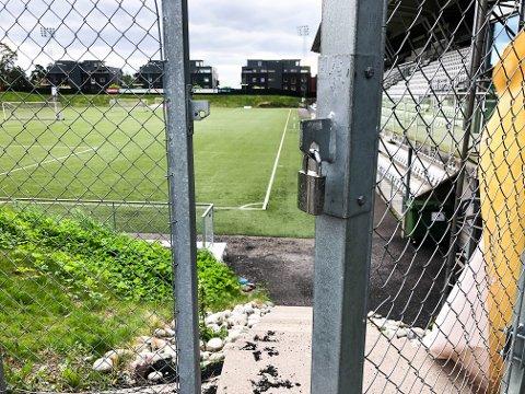 ÅPENT FOR ALLE: Portene står åpne på Tønsberg gressbane, og det er fritt fram for alle som vil inn på stadion. Se flere bilder av anlegget ved å klikke på pilene.