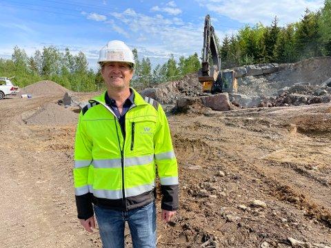 BOLIGER: Straks reises veggene på de første boligene på Firenga, forteller prosjektleder Tom Bjørnsen i OBOS Block Watne.