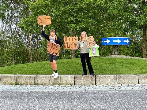 ENGASJERTE: Nikolai Øien-Sramek og Mille Andrea Engebretsen Arnesen viste at de står i solidaritet med palestinerne. Samtidig krever de at Norge boikotter Israel.