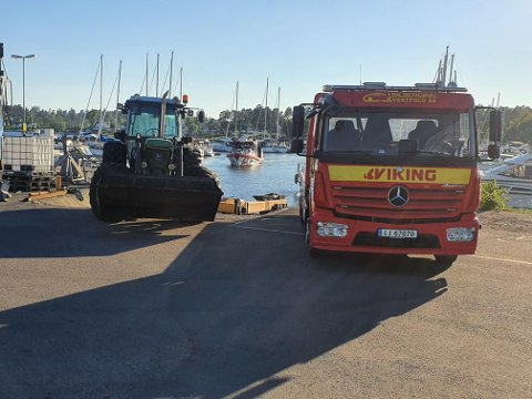KOM IKKE TIL: Her står bergingsbilen fra Viking. Men traktoren som er parkert hindrer bruk av rampa.
