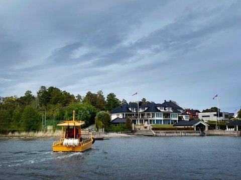 MÅ LEGGE TIL KAI: Ferja over Husøysundet er innstilt tirsdag på grunn av sterk vind.