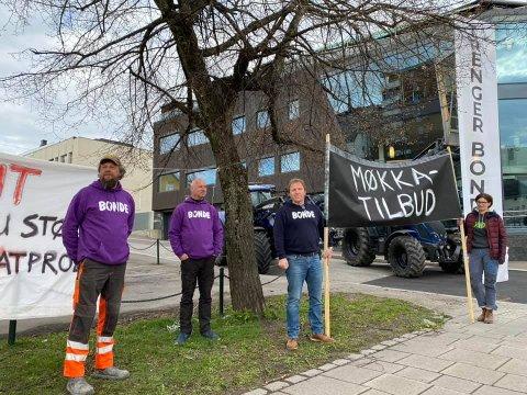 AKSJONERTE: Bønder aksjonerte over hele landet, torsdag. I Tønsberg ga medlemmer av Vestfold og Telemark Bondelag uttrykk for sine meninger i Nedre Langgate.