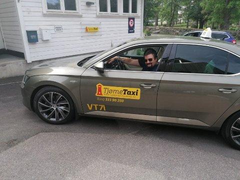 NY JOBB: Færder Taxi ble slått konkurs tidligere denne uken, men allerede to dager senere har nyoppstartede Tjøme Taxi etablert seg på øya. Her med sjåfør Roy Polden.