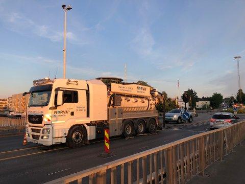 SPYLER: En spylebil er satt inn i en jobb på Kanalbrua. Veitrafikksentralen er ikke informert om at det pågår arbeid der torsdag kveld.