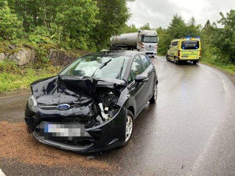 Begge de involverte bilene fikk store materielle skader etter frontkollisjonen mandag ettermiddag.