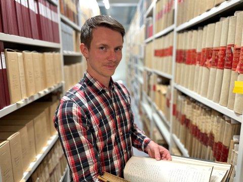 FANT PAPIRER: I denne hylla fant Magnus Klausmark ved IKA Kongsberg arkivet om Tønsbergs 1100-årsjubileum.