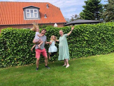 JUBLER: Fredag kom nyheten om at Norge åpner opp for danske vaksinepass. Det betyr at Fredrikke (fra høyre) kan besøke familien på Nøtterøy sammen med barna Kaya, sin fullvaksinerte samboer Jens, og lille Elma, før lillebror kommer i august.