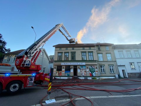 MÅTTE SAGES: Brannvesenet måtte sage seg inn i tak og vegger for å kontrollere spredning av brannen.