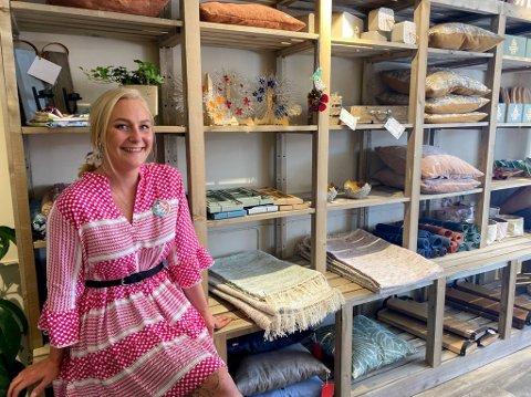 BYGD BUTIKKEN: Mariell Christiansen (27) har vært med på å både bygge butikken og lage produkter til den, nå trår hun inn som butikksjef midlertidig til august.
