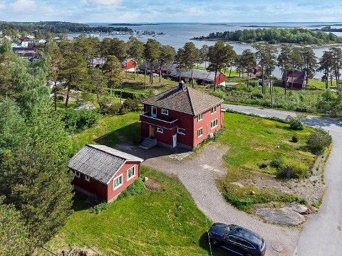 SOLGT: Denne idylliske eiendommen gikk for 1,6 millioner kroner over takst - selv om de nye eierne ikke kan flytte rett inn.