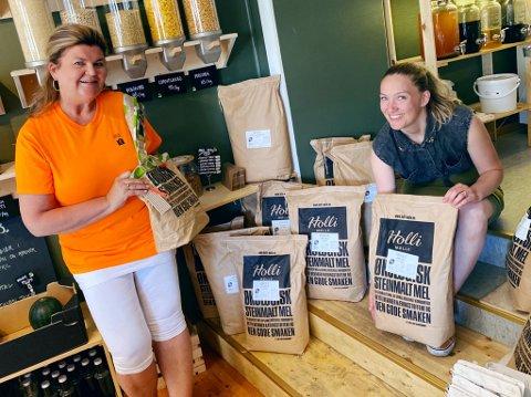 NYTT LIV: I løpet av sommeren og høsten vil det dukke opp ulike produkter i butikkhyllene til Jorun Christin Cooper Buhler (til høyre) som er markert med en spesiell oransje etikett. Bak produktene står gjengen på aktivitetskafeen til Tove Solli Kristiansen.