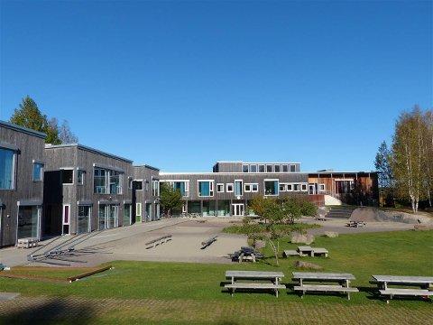 Elever og ansatte ved Røråstoppen skole er blant dem som er i karantene.