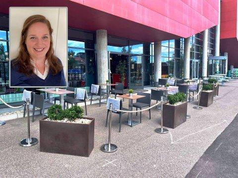 Restaurantsjef Christiane Bang og kollegene har endelig fått uteservering. Nå gleder de seg til sommeren.